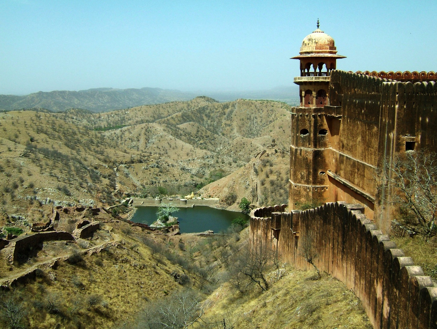 https://upload.wikimedia.org/wikipedia/commons/3/32/Rajasthan-Jaipur-Jaigarh-Fort-perimeter-walls-Apr-2004-01.JPG