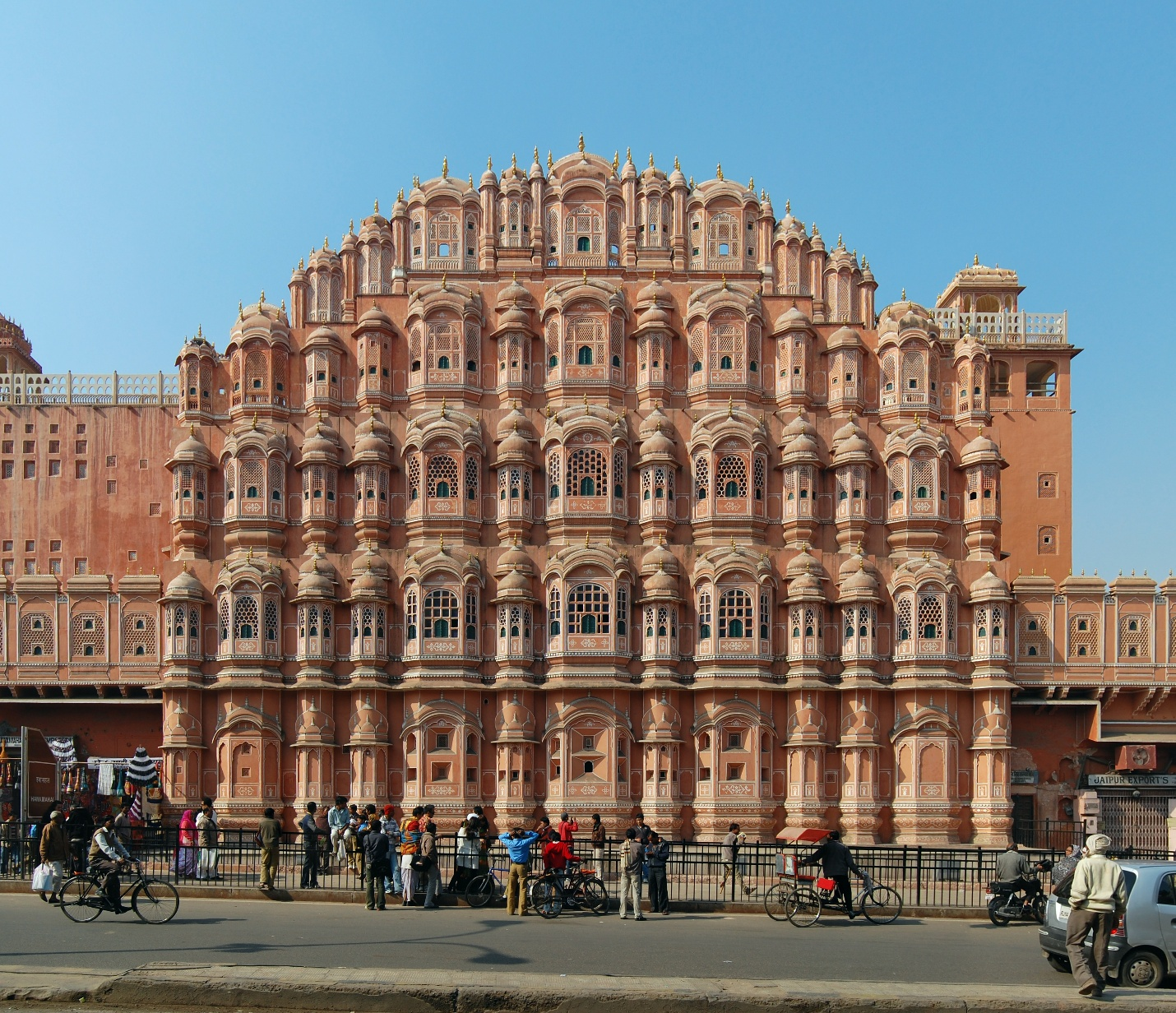 https://upload.wikimedia.org/wikipedia/commons/3/37/Hawa_Mahal_2011.jpg